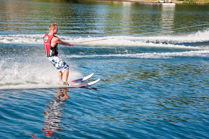 ... это экстрим и отдых, это профессиональный спорт и любительское  развлечение! Катание на водных лыжах внешне напоминает горнолыжный спорт,  однако, ... 6b8b2da88f9